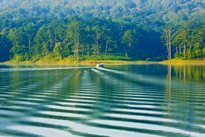The beauty of Tuyen Lam lake Dalat