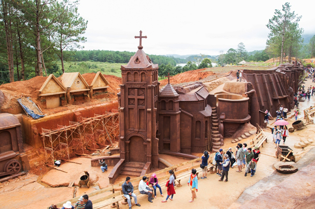 The design of the sculpture tunnel is to recreate the scenery of Dalat city
